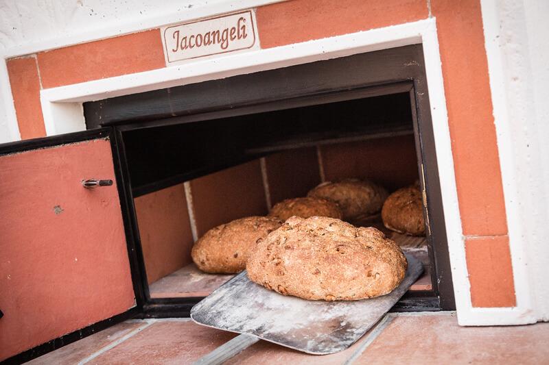 Pane integrale con mix di cereali cotto nel forno a legna